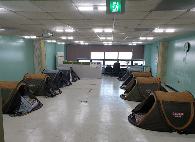 Makeshift tents inside the Daegu production plant of JoongAng Ilbo served as the homes for production workers who decided to isolate themselves rather than go home.