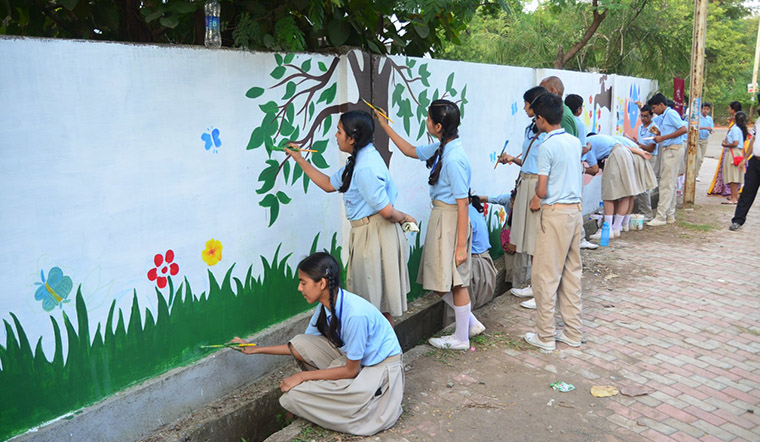 The campaign not only challenged readers to plant trees but also to beautify cities by creating art on long graffiti walls in participating cities.