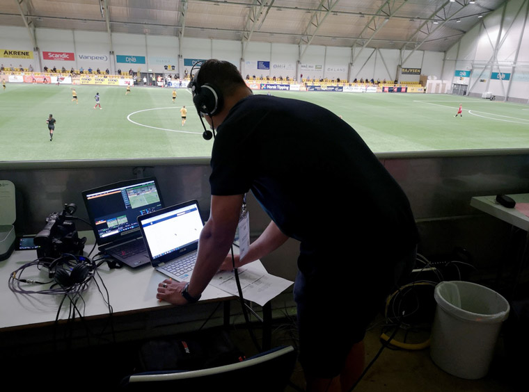 Commentator Thomas Karlsen in Lillestrøm (outside Oslo) runs the reruns on his production Mac. The laptop behind is showing a monitor feed from Lakselv with graphics included. Photo: Thea Langkaas