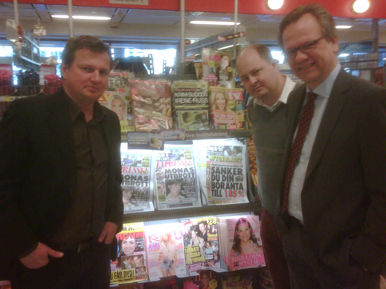 Mats Lothen, Thomas Mattsson, and Bengt Ottosson at a grocery store checkout in Stockholm